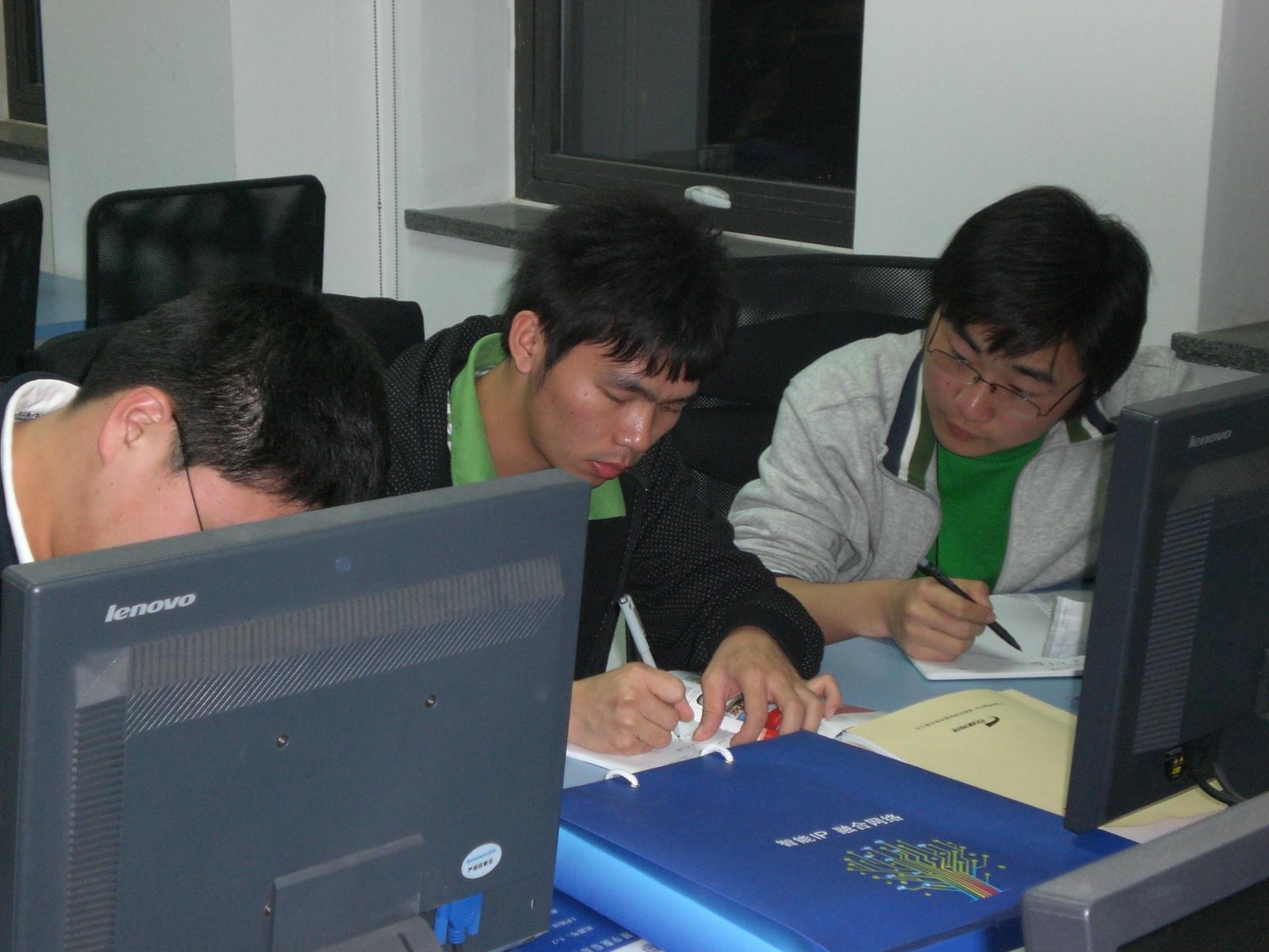 因为本次参加培训的全部是在校的大学生,为了使同学们能更好的理解项目实际操作的流程,根据自己的工作职责,体会每个环节自己工作重点。4月22号晚上,特意安排了一场客户需求探寻模拟演练。 首先,给每个小组都分配了具体的项目,并针对项目不同,给大家介绍了此项目涉及到的客户关系图。 营员们摇身一变成为了一个职业人,有人选择销售工程师,有人选择售前工程师,有人选择项目经理。根据客户关系图明确的项目决策链,从而制定拜访方案,预约客户、实际拜访客户、及时根据拜访情况调整方案,和客户实际沟通探寻客户具体项目需求,营员们个